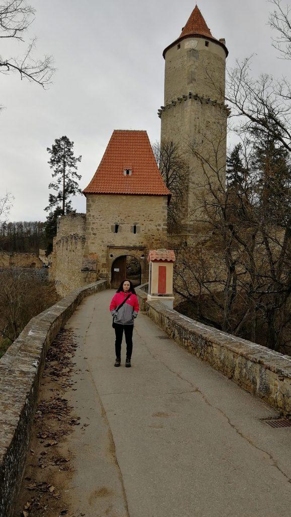 Přicházíme k hradu
