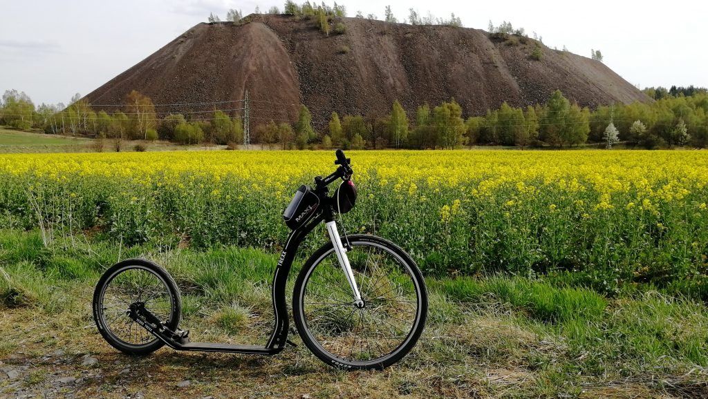 Halda po těžbě uranu nad obcí Lešetice