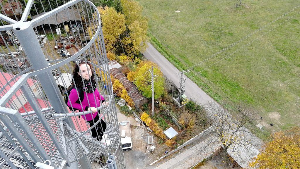 Finální část výstupu vede venku po točitém schodišti z pororoštů