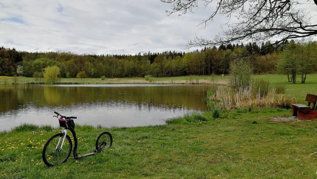U rybníka jsou lavičky i zastřešené posezení
